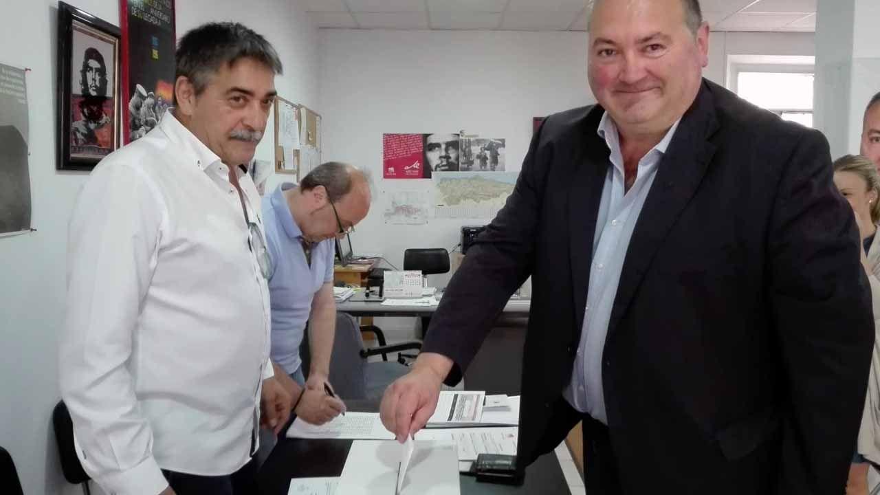 El coordinador de IU de Asturias, Ramón Argüelles votando en la consulta