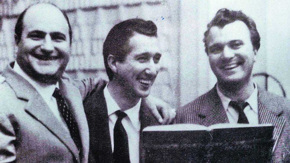 «RTVE responde».La nueva generación Rey posa con su padre, Manuel Rey, y con uno de los televisores que él fabricó.