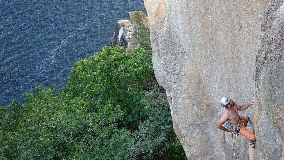 Alfonso Böck en plena escalada en la orilla ourensana del cañón del Sil