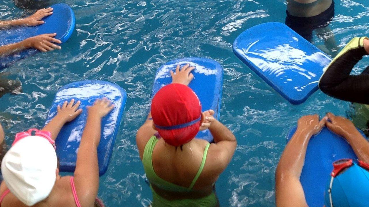 Niñas en un curso de natación infantil