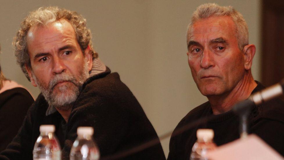 .Willy Toledo, a la izquierda, junto al diputado de Podemos Diego Cañamero en una mesa redonda celebrada en A Coruña.