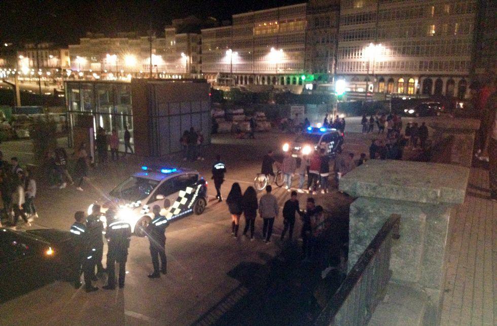 Varias patrullas de la Policía Local se trasladaron a la zona para parar la pelea.