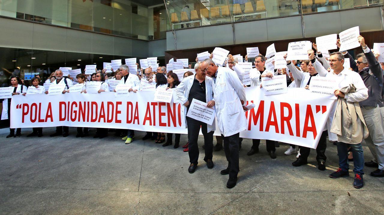 Concentracion de medicos en el centro de salud de rosalia de castro. Huelga