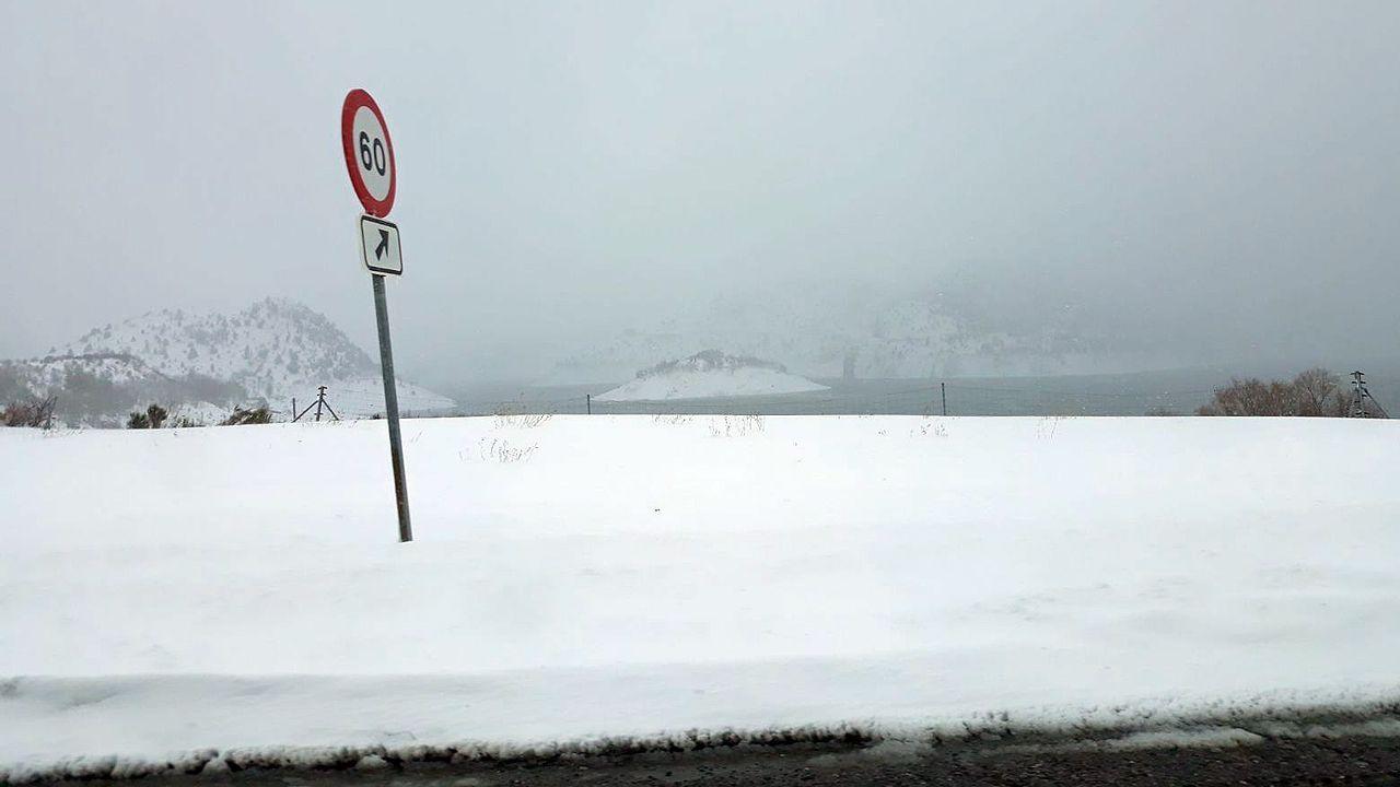 Paisaje helado y nevada del Huerna a la altura del embalse de Barrios de Luna.Paisaje helado y nevada del Huerna a la altura del embalse de Barrios de Luna