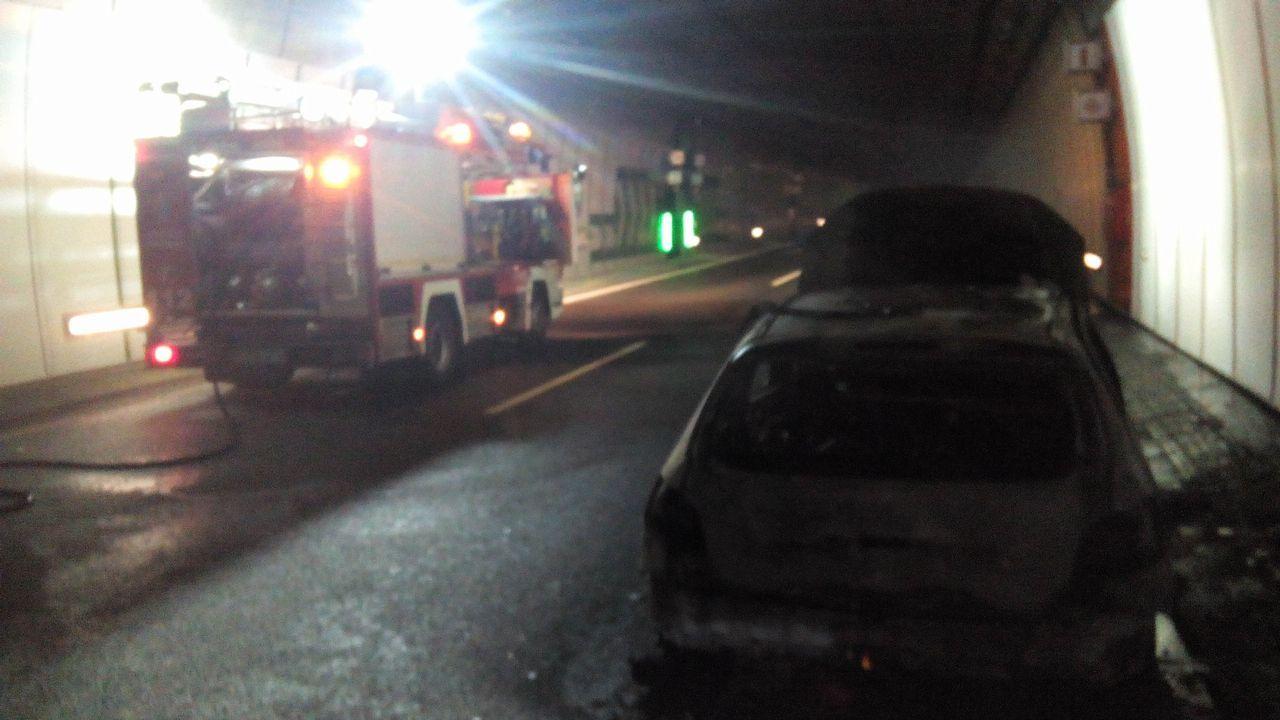 Travesía a nado puerto de Vilagarcía.El coche que empezó a arder quedó destrozado dentro del túnel
