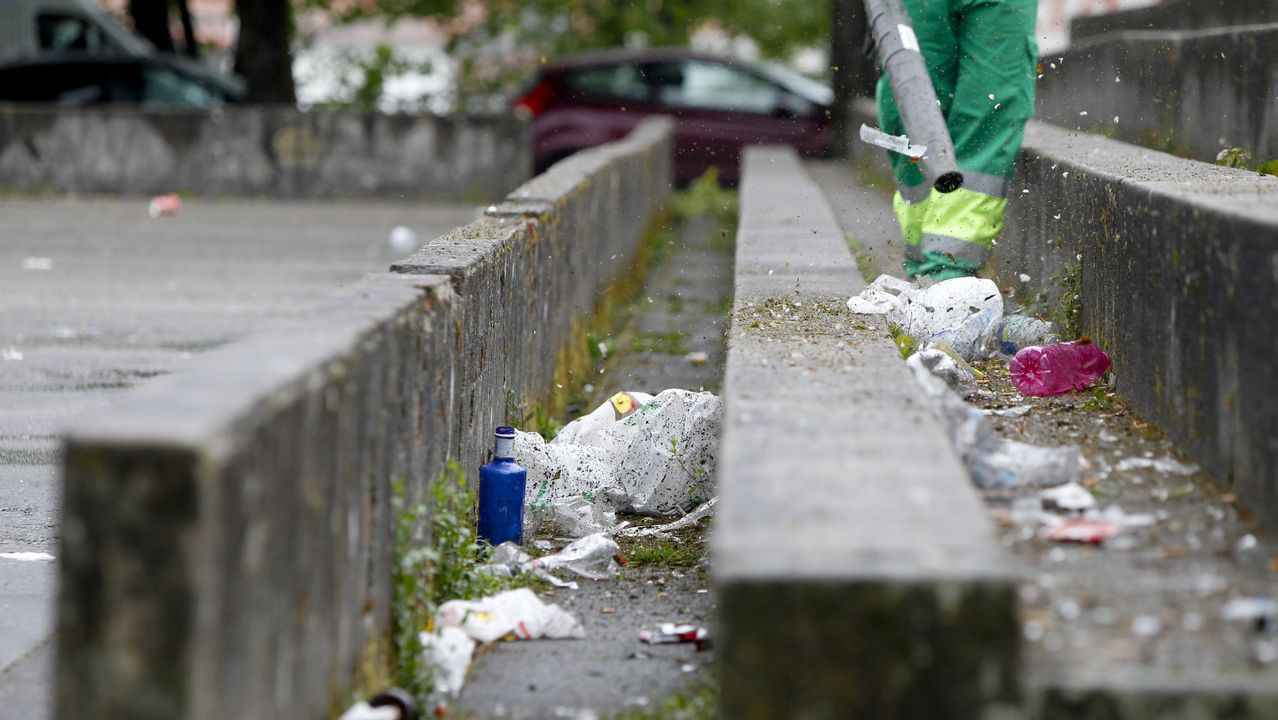Los restos del botellón, aún presentes en el campus.