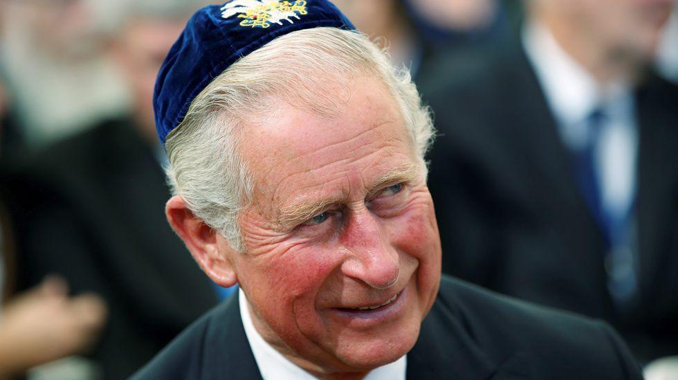 El príncipe Carlos de Inglaterra, tocado con una kipá, durante al funeral de estado