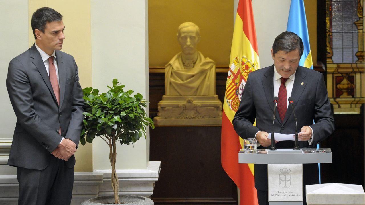 Un ejemplar de lobo.Pedro Sánchez y Javier Fernández