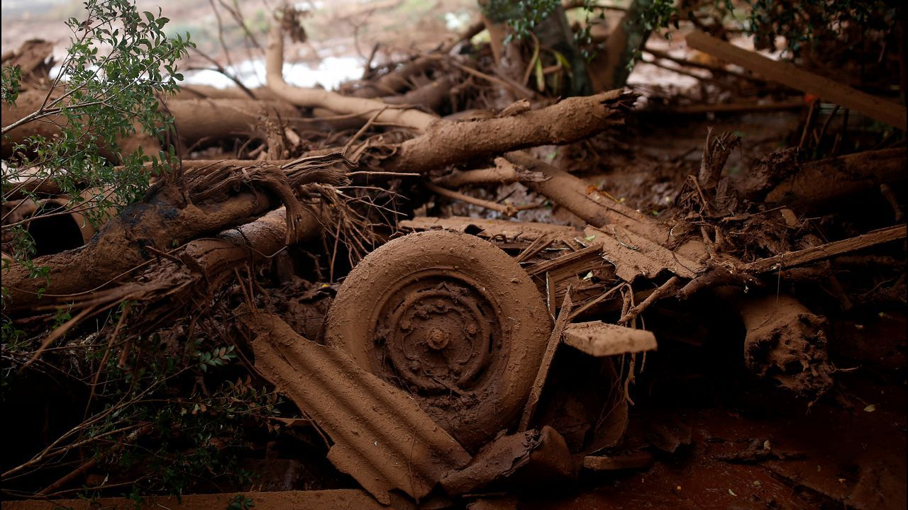 Escombros amontonados junto a una casa después de que estallara una presa propiedad de la minera brasileña Vale SA, en Brumadinho