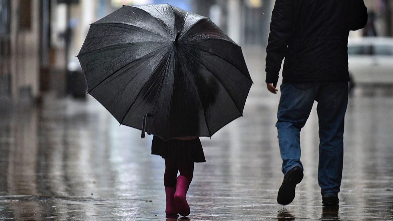 Una calle de Oviedo bajo la lluvia