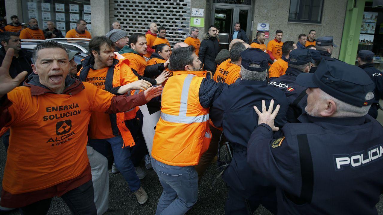 Trabajadores de Alcoa y Poligal llevan sus protestas al acto de Pedro Sánchez