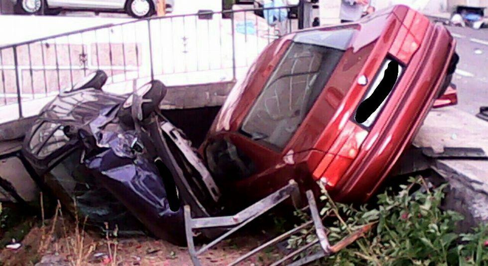 Los dos vehículos implicados acabaron dentro de una propiedad privada y destrozados.