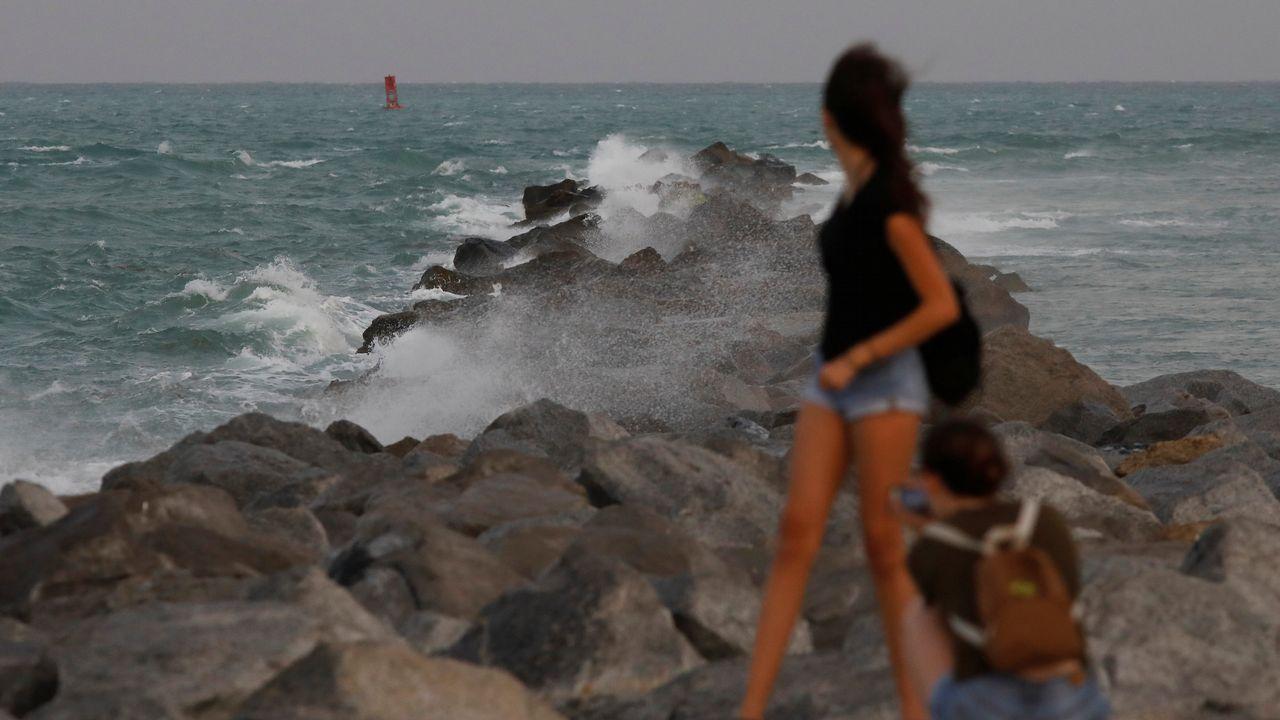Una turista posa para una fotografía en South Beach.