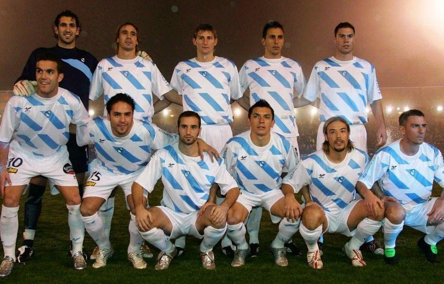 Partido disputado o 28 de decembro do 2015 en San Lázaro. O camariñán Cabrejo é o terceiro pola dereita dos que están anicados. Na outra imaxe, Cabrejo, na súa etapa como xogador do Éibar.