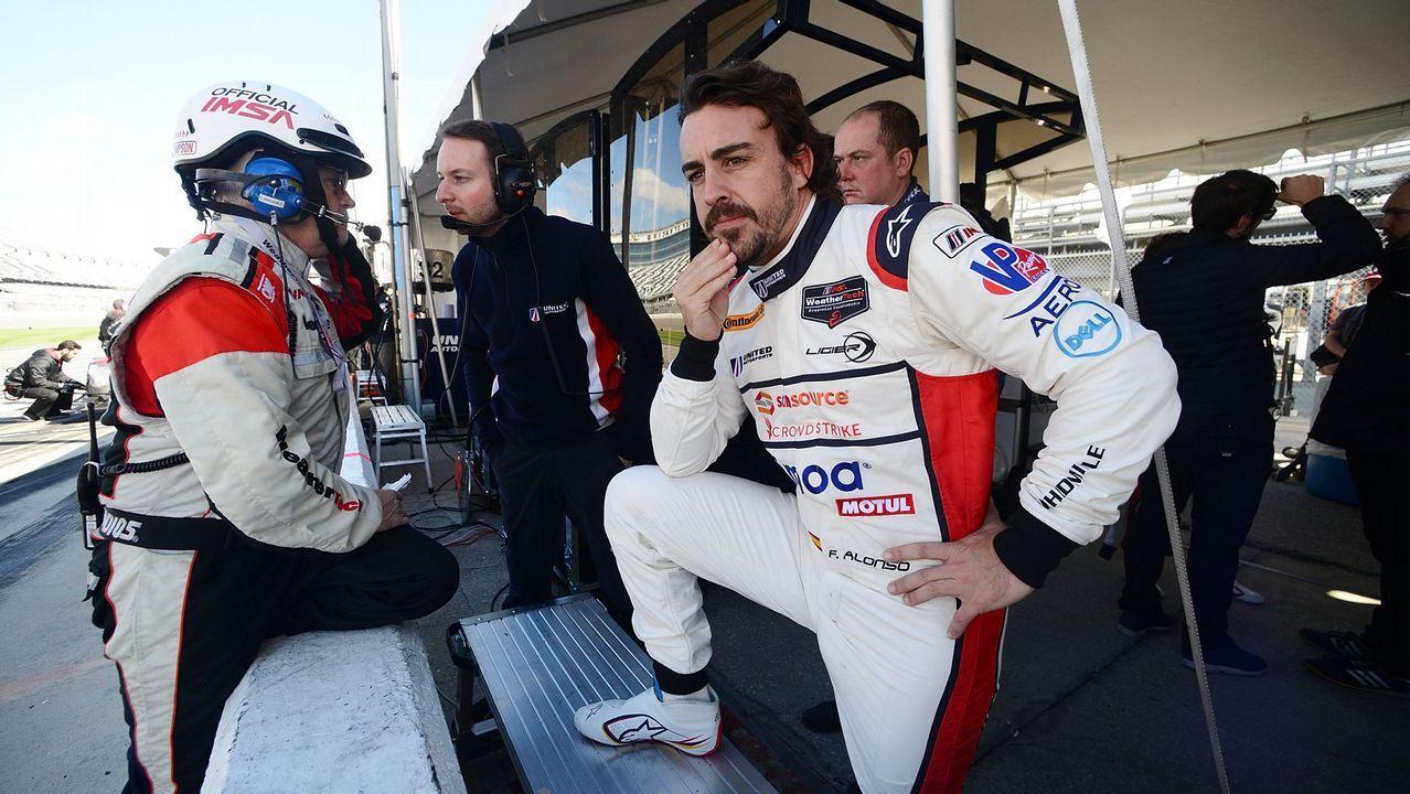 El piloto español Fernando Alonso (d) posa para la foto oficial de la escudería McLaren, en Interlagos