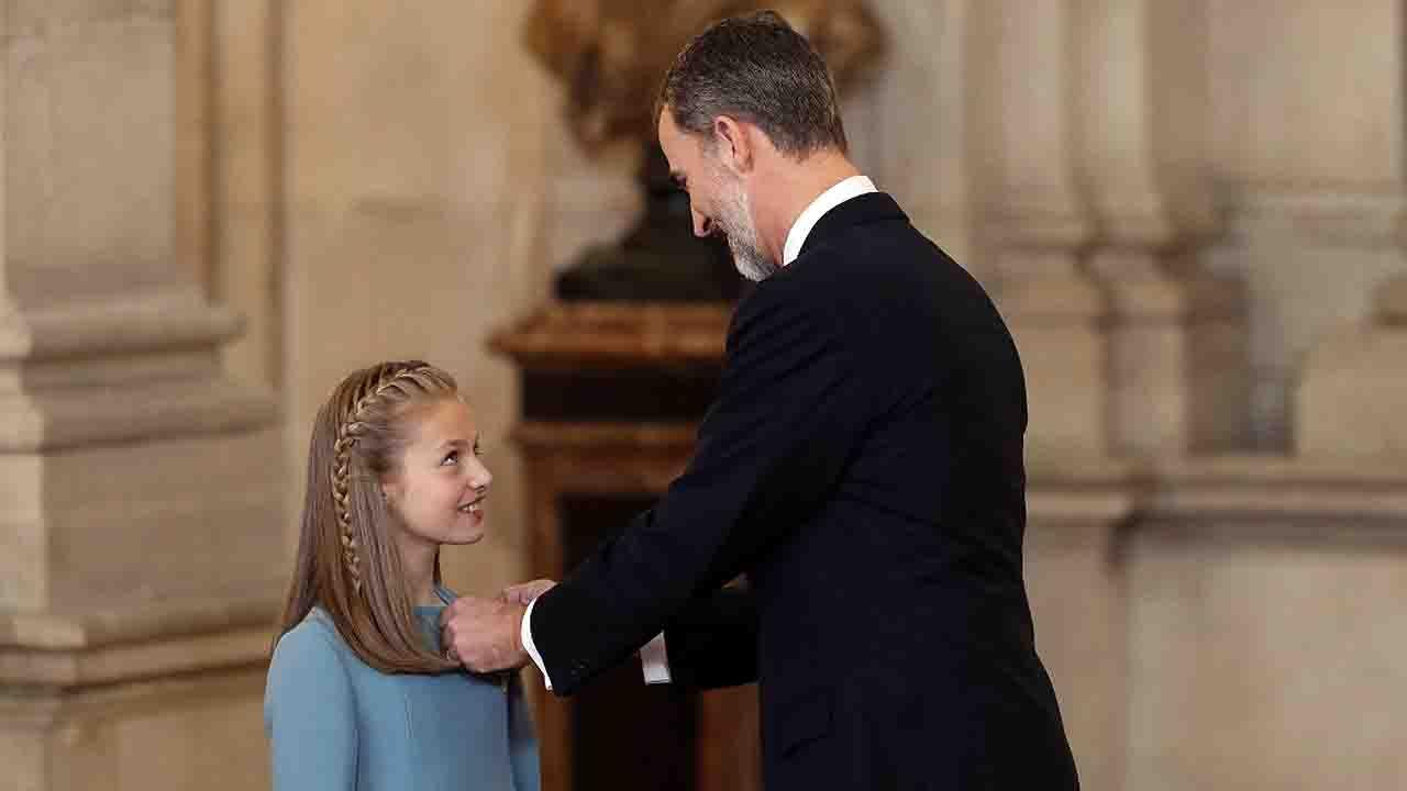 La princesa Leonor recibe el Toisón de Oro de la mano del rey Felipe VI