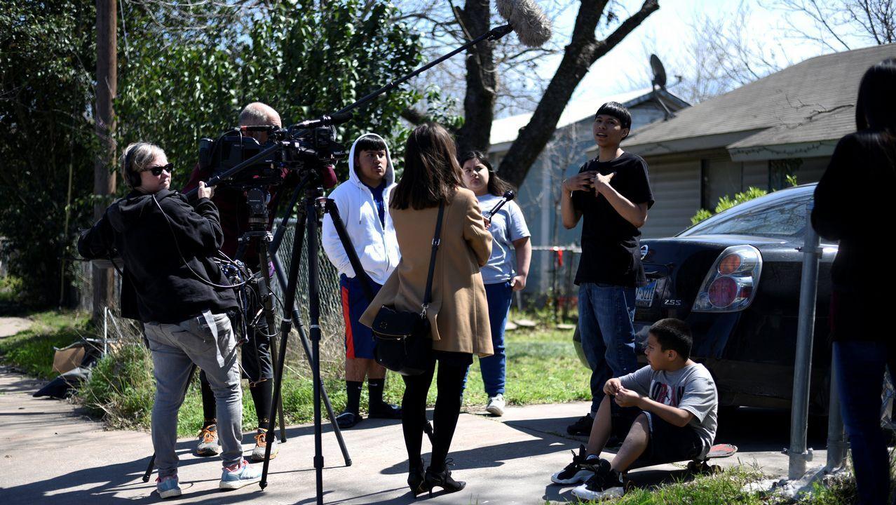 Un equipo de televisión habla con miembros del vecindiario donde se produjo la tercera explosición, en Austin