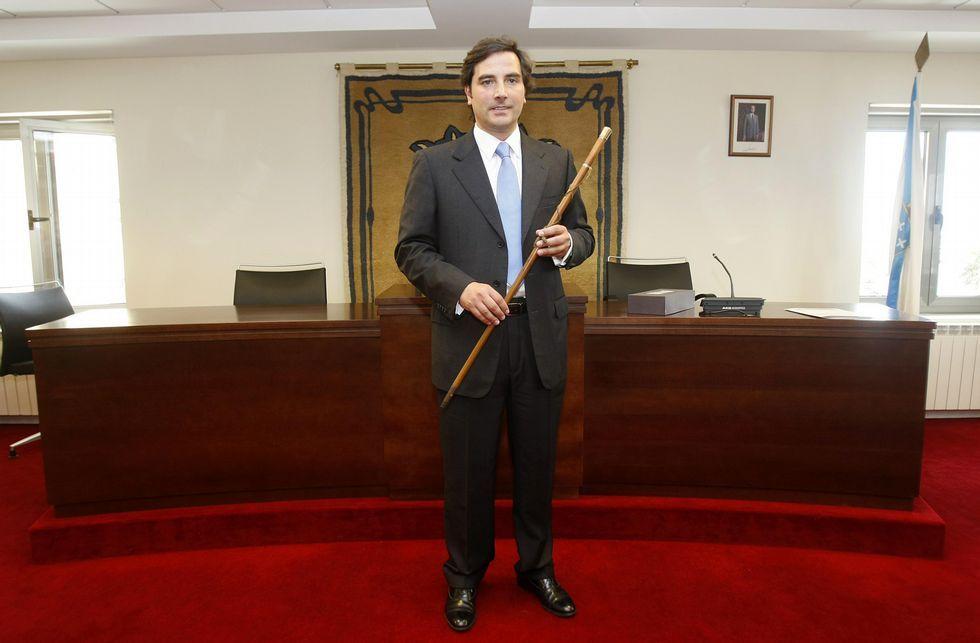 Benitor Portela se convierte en el nuevo regidor sadense.Anido reclamó el bastón en el verano del 2013 y la Policía Local contestó que había desaparecido.