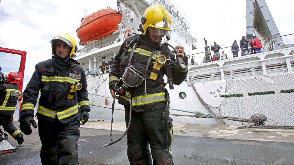 Incendio en un barco atracado en el puerto de Marín