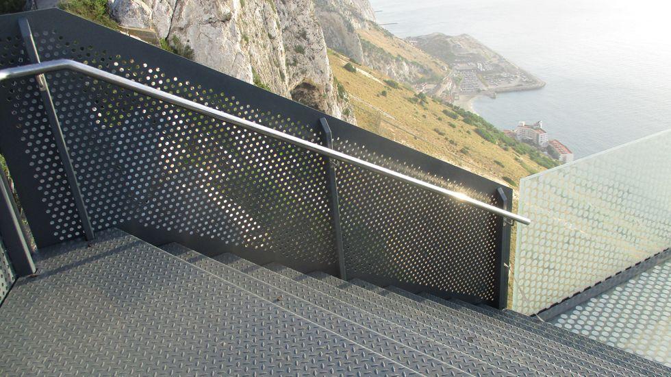 Escaleras con la barandilla acristalada, instalada por Ales Iluminación en el mirado de Gibraltar.Escaleras con la barandilla acristalada, instalada por Ales Ingeniería en el mirado de Gibraltar