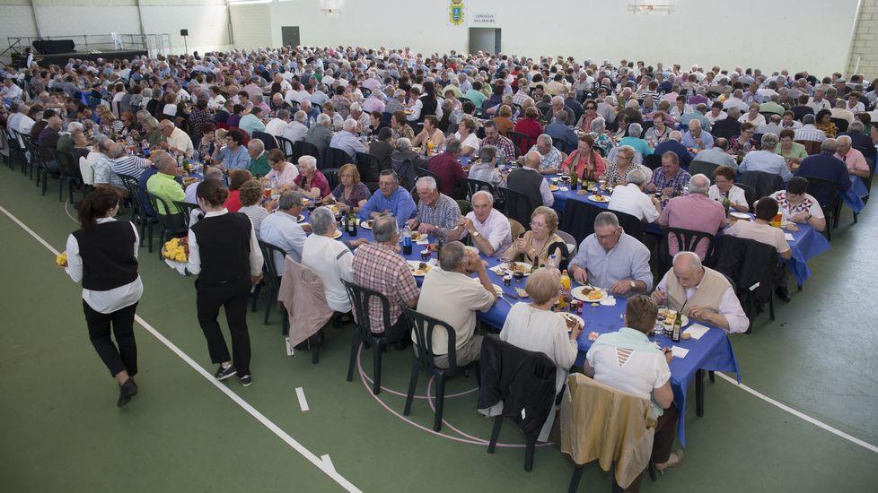 ¡Mira aquí las imágenes de la comida de los mayores de A Laracha!
