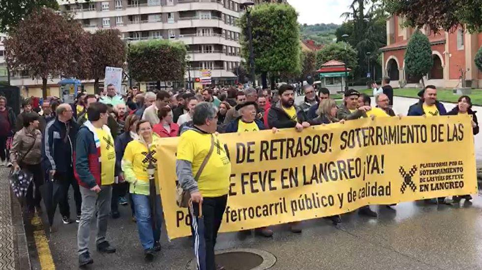 Manifestación por el soterramiento de las vías de Feve en Langreo.Concentración de apoyo a los trabajadores de Burger King de El Entrego, convocada en Sama