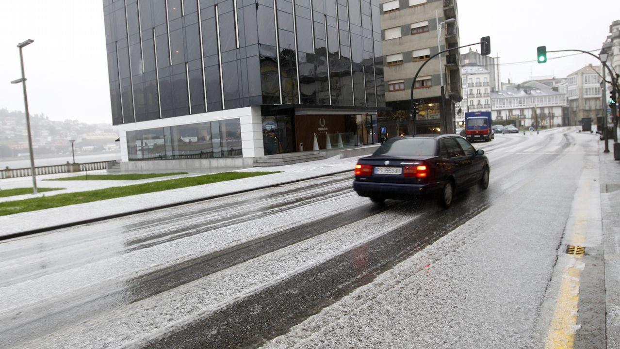 Una granizada cubre de blanco Viveiro y la nieve empieza a caer en Landrove.Ganado en montes lucenses, en febrero del 2001