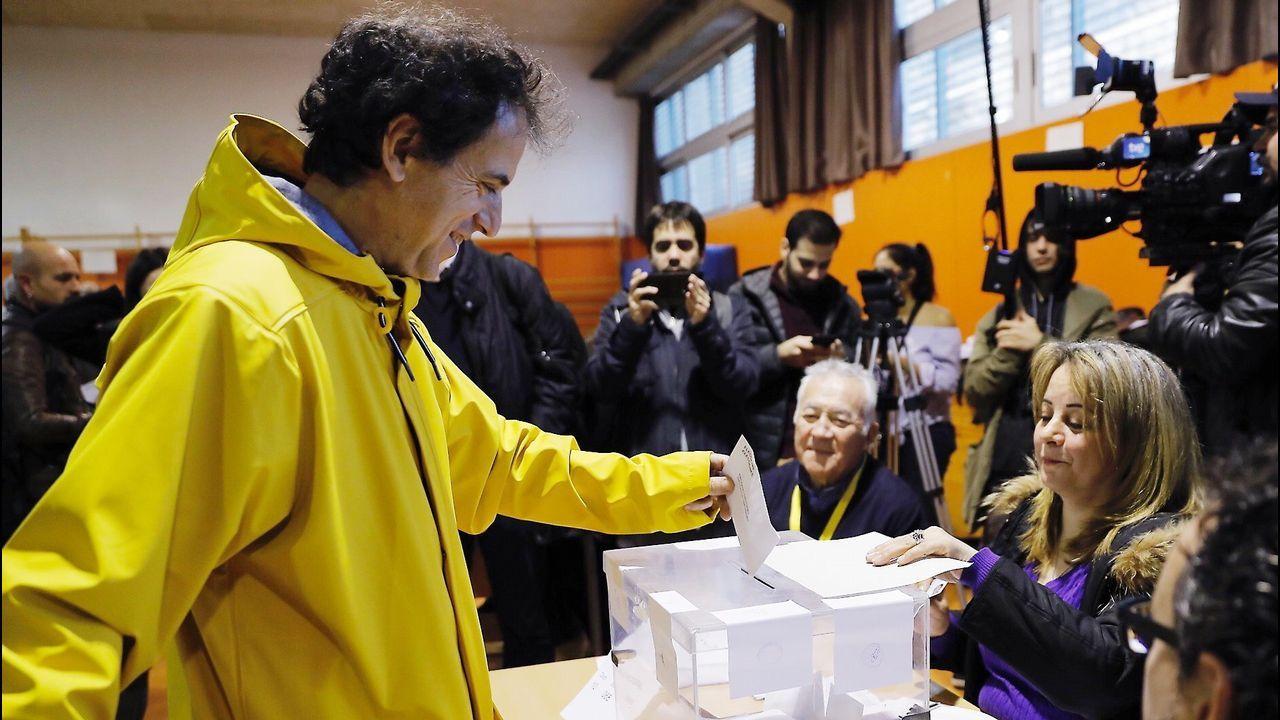 .Un hombre vota vestido de amarillo, color elegido en solidaridad con Jordi Sànchez y Jordi Cuixart.