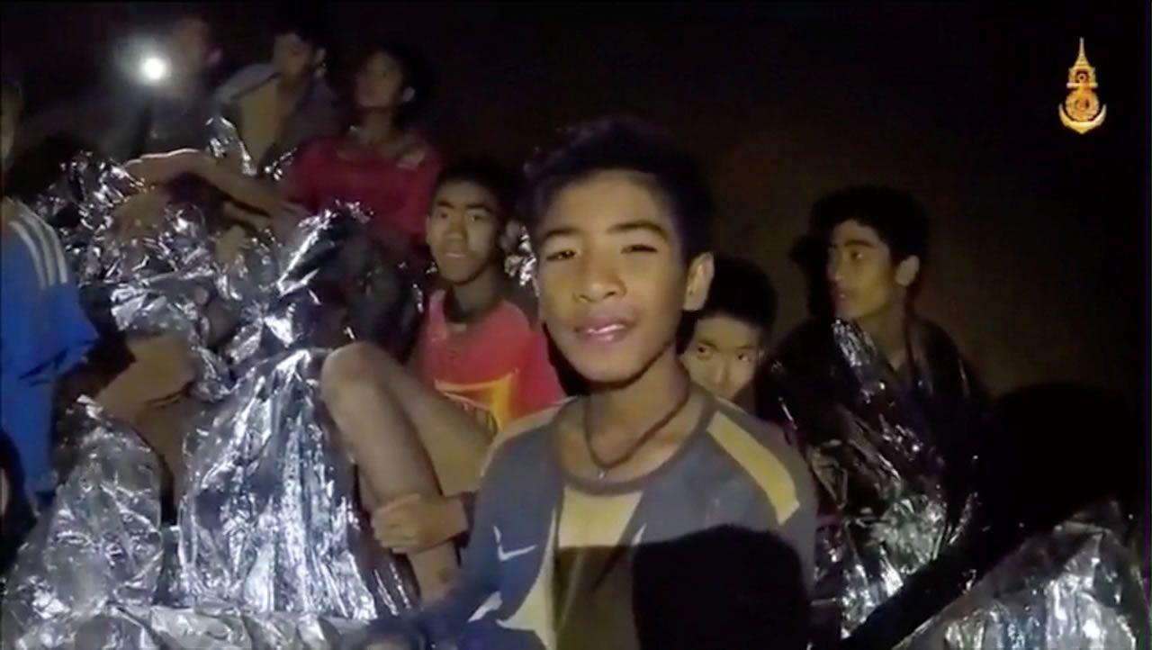 Chicos tailandeses atrapados en una cueva
