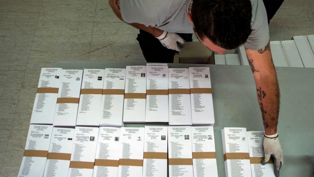 Una joven deposita su voto para las elecciones al Parlamento Europeo en un colegio electoral de Praga (República Checa)