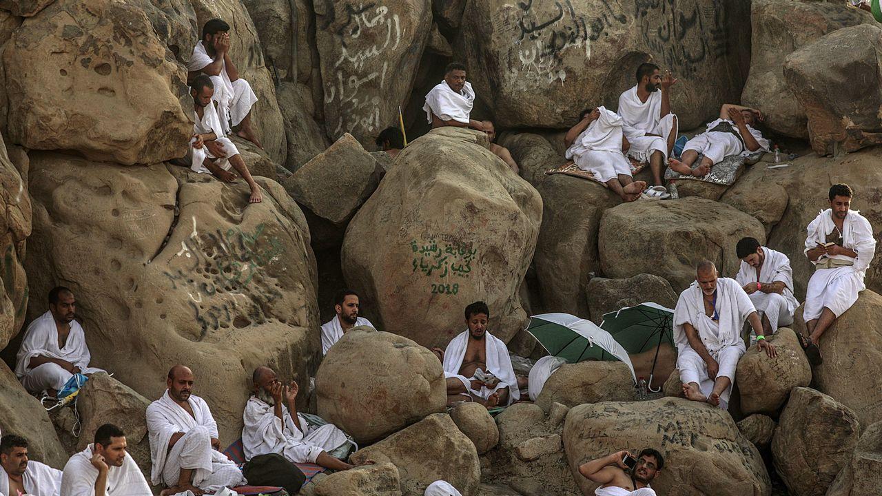Peregrinos musulmanes rezan en el Monte Arafat durante su peregrinación a La Meca (Arabia Saudí).