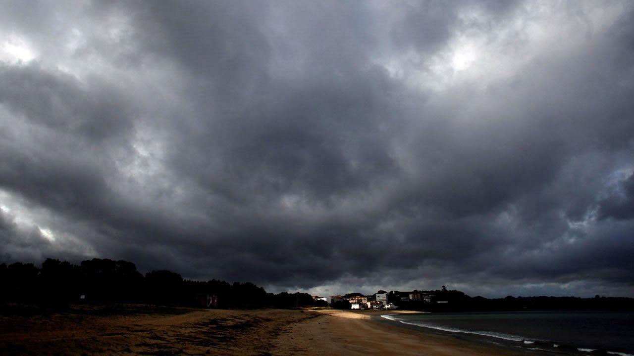 Félix deja huella en Galicia.El cielo, este viernes, en la playa Grande de Miño