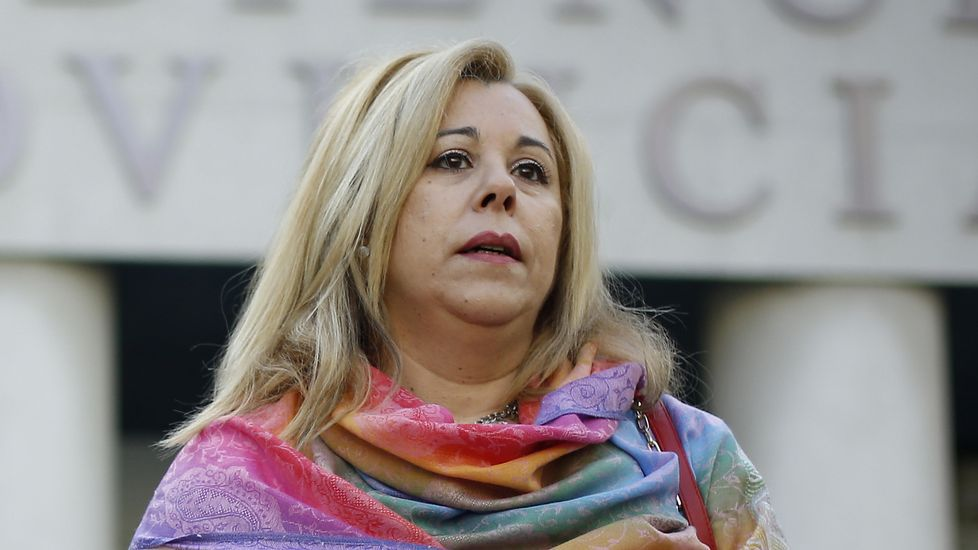 José Manuel Sande entra a declarar en los juzgados de A Coruña por el cartel de carnaval. Acompañado por el el alcalde, concejales y las comparsas