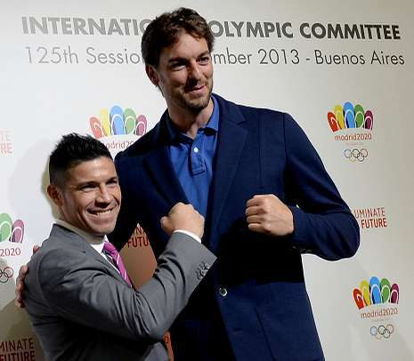 Y los Juegos Olímpicos son para... Tokio.El boxeador argentino Sergio «Maravilla» Martínez, con Pau Gasol, apoyando la candidatura de Madrid.