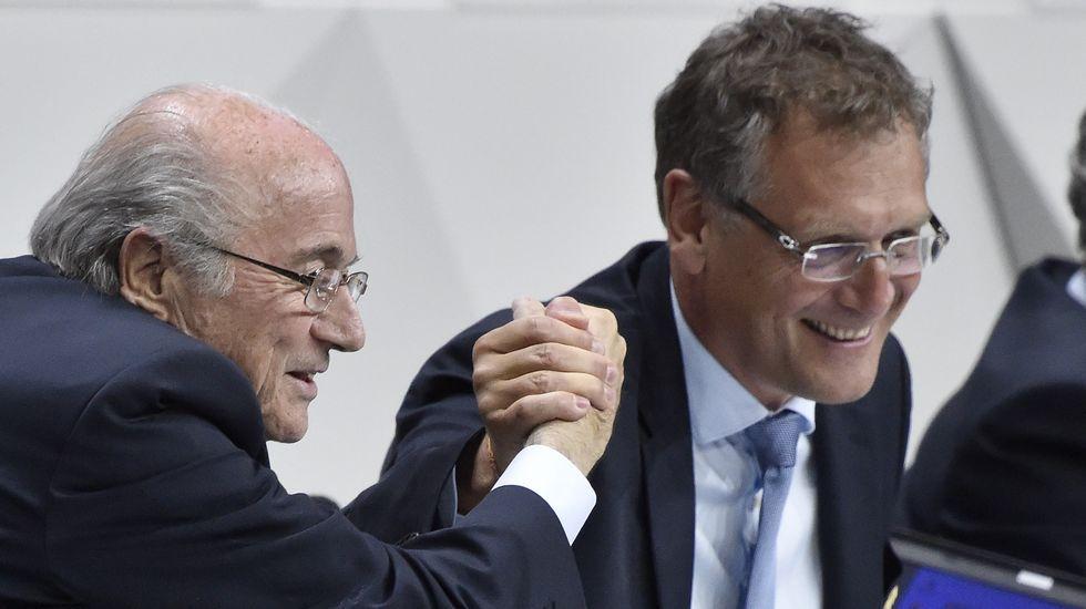 Algunos de los implicados en las tramas de corrupción de la FIFA.Blazer, con Blatter en el 2011