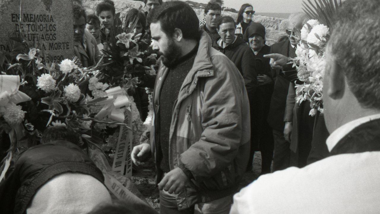 NAUFRAGIO DE «LA XANA» | 10 de Noviembre | Coincidiendo con el aniversario del hundimiento del Serpent se celebró en Camariñas un funeral por los marineros perecidos en el mar en uno de los meses más trágicos que se recuerdan.