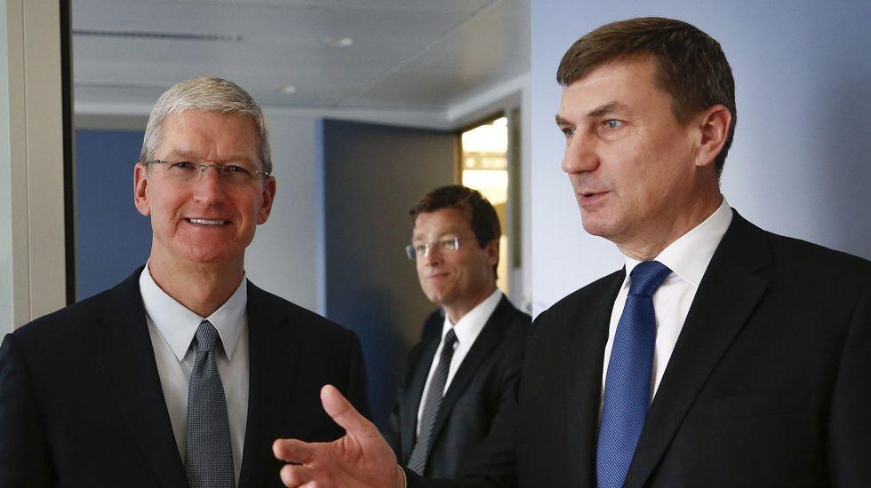 . El vicepresidente de la Comisión Europea para Mercado Único, Andrus Ansip, recibe al consejero delegado de Apple, Tim Cook