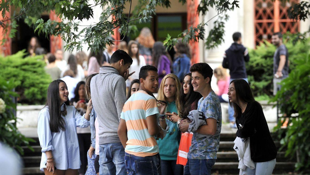 Jóvenes de ESO aprovechan los últimos minutos antes de entrar en clase para usar el móvil