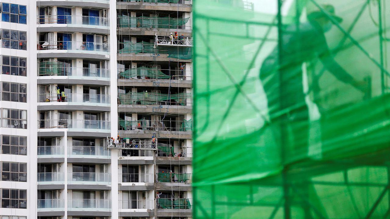 .Obreros trabajan en un edificio en construcción en Phnom Penh, Camboya