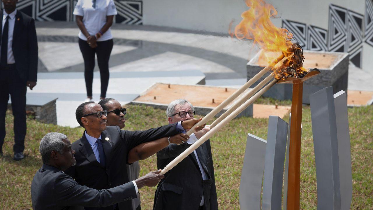 El presidente Kagame, la primera dama  Jean-Claude Juncker y Moussa Faki  encienden la llama del recuerdo