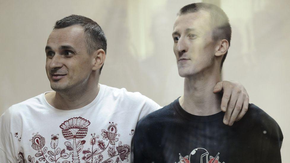 El director ucraniano Oleg Sentsov, a la izquierda, y el activista Alexander Kolchenko durante el juicio.