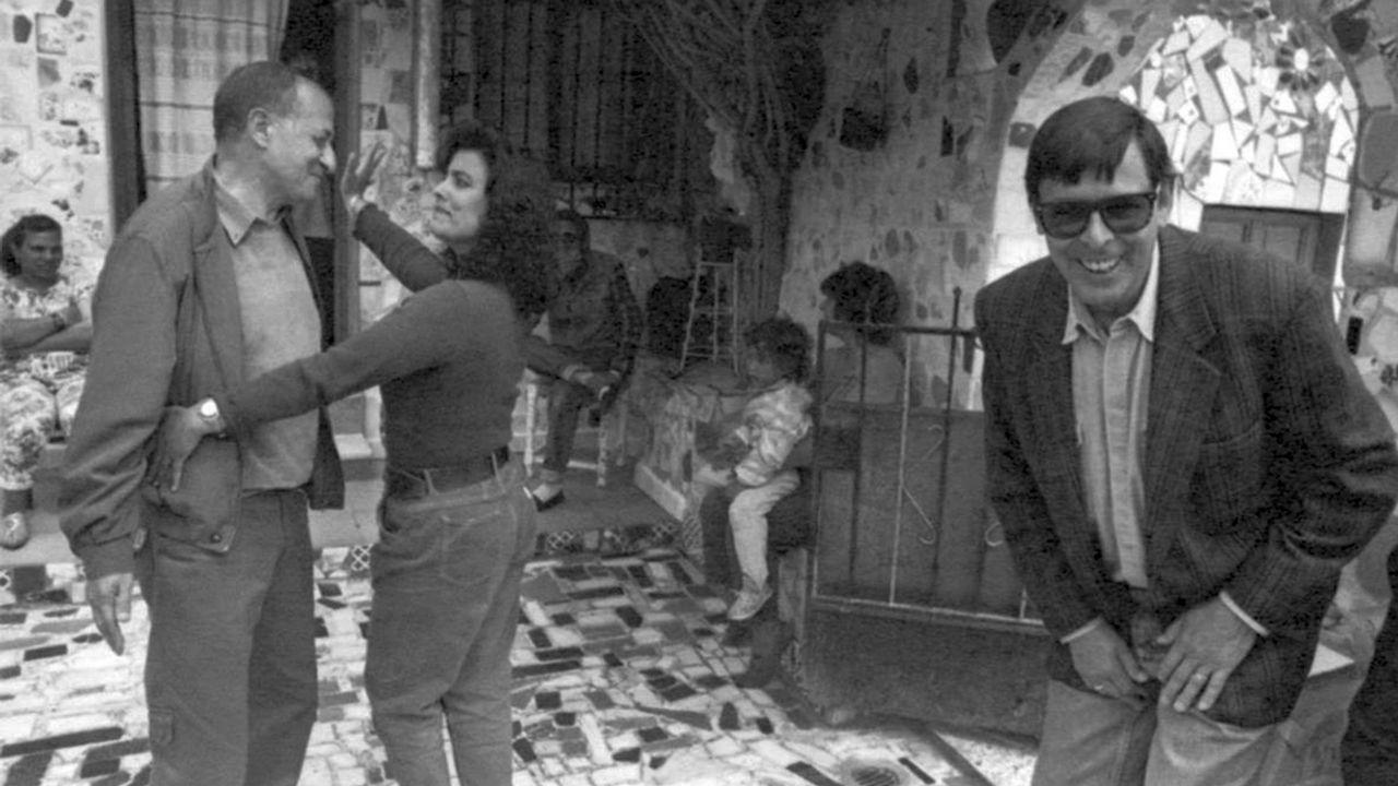 Valente bromea, entre bailes, con su amigo Juan Goytisolo, en una imagen tomada en 1995 en el popular barrio almeriense de La Chanca
