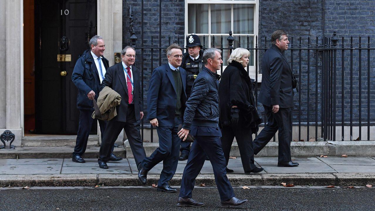 Los miembros del Comité 1922, que reúne a los diputados conservadores, Bob Blackman, Geoffrey Cliffton-Brown, Charles Walker, Nigel Evans, Cheryl Gullian y su presidente, Graham Brady, salen del número 10 de Downing Street tras reunirse este jueves con la primera ministra británica, Theresa May, en Londres, Reino Unido. May ha emprendido nuevas negociaciones con dirigentes políticos en un intento de conseguir un acuerdo alternativo del «brexit» que cuente con el apoyo del Parlamento, tras el rotundo rechazo de su plan