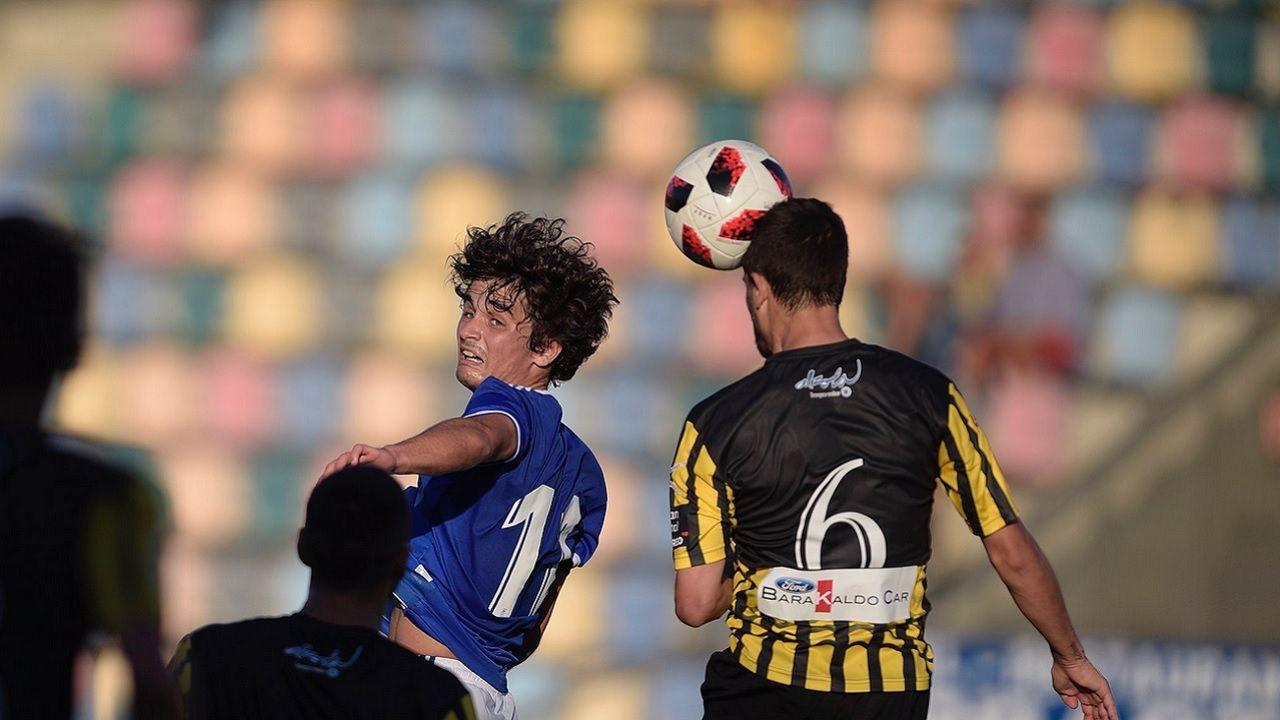 Javi Mier Real Oviedo Vetusta Barakaldo.Javi Mier pelea un balon aereo frente al Barakaldo