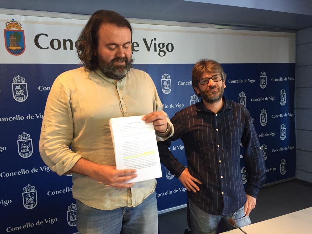Rubén Pérez muestra la denuncia presentada ante la fiscalía por los resultados de las analíticas del agua