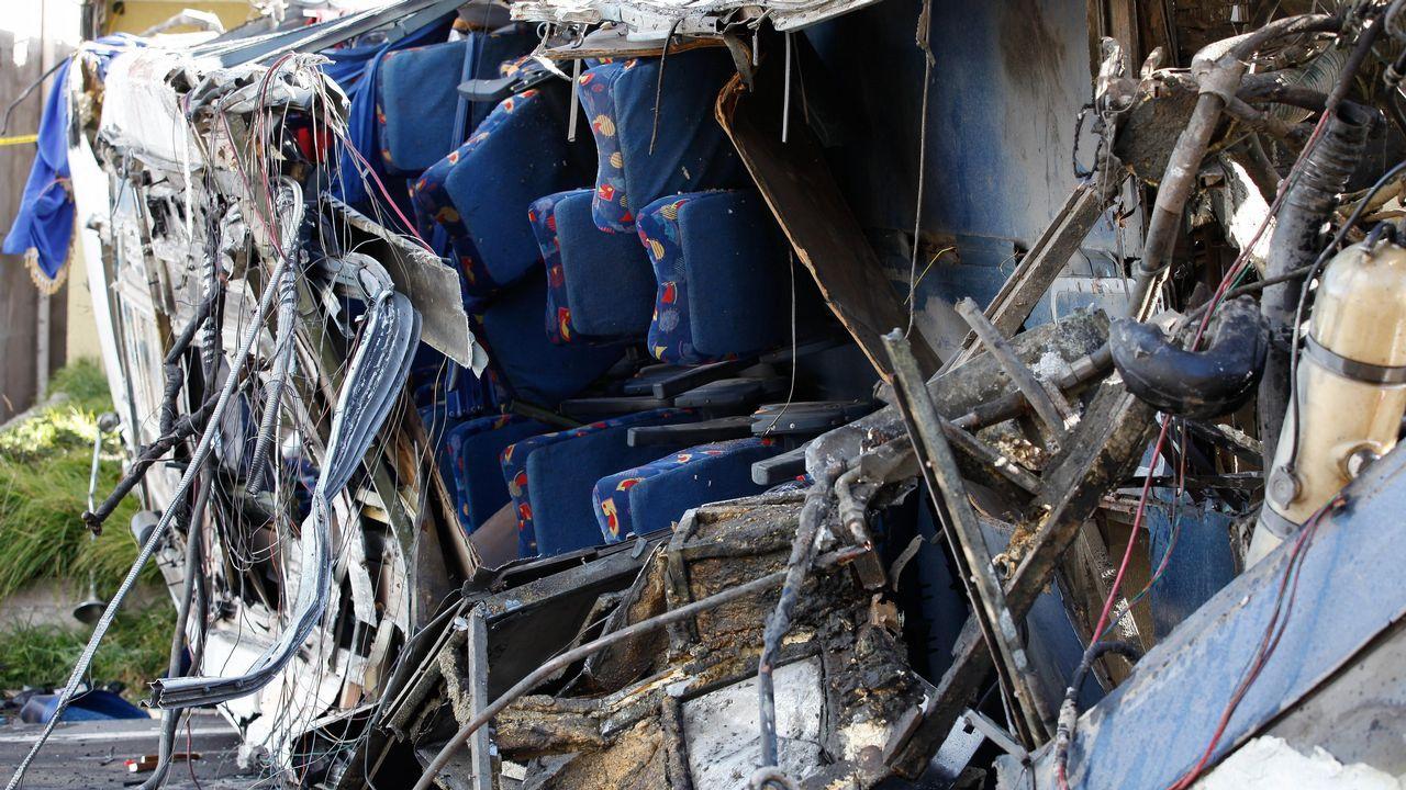 Estado en el que quedó un autobús de pasajeros hoy que chocó contra un vehículo en la carretera andina que une Quito con la zona de Papallacta en Palugo (Ecuador). Al menos 22 personas han muerto y otras 18 resultaron heridas en el accidente. Los fallecidos eran venezolanos y colombianos, según fuentes de los servicios de emergencia.