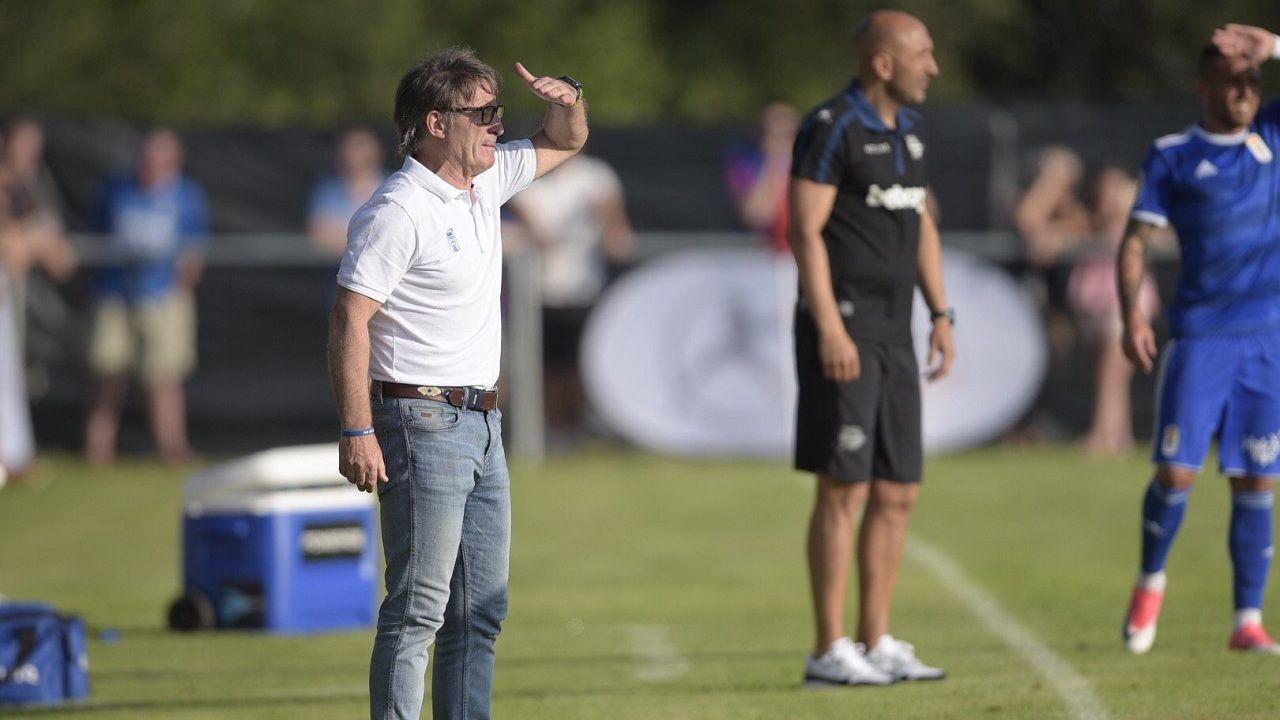 Juan Antonio Anquela, técnico del Real Oviedo, en un momento del triangular que su equipo disputó en El Berrón