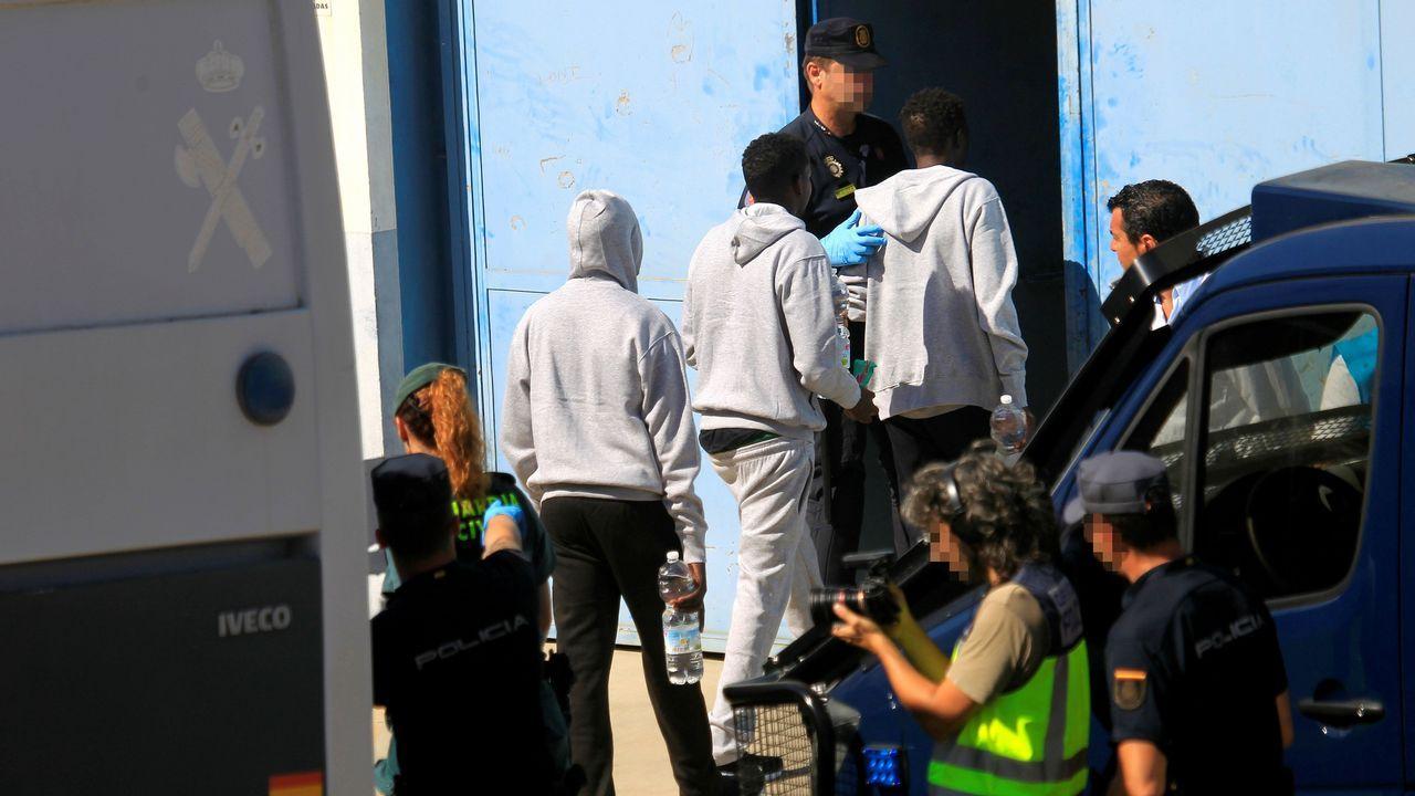 .Las personas rescatadas por el buque Open Arms entran A la nave para ser atendidas