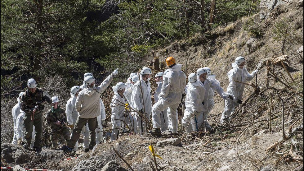 Los forenses continúan trabajando en la zona el accidente del Germanwings.Andreas Lubitz, en una carrera en Hamburgo  | OTO-TEAM-MUELLER | EFE