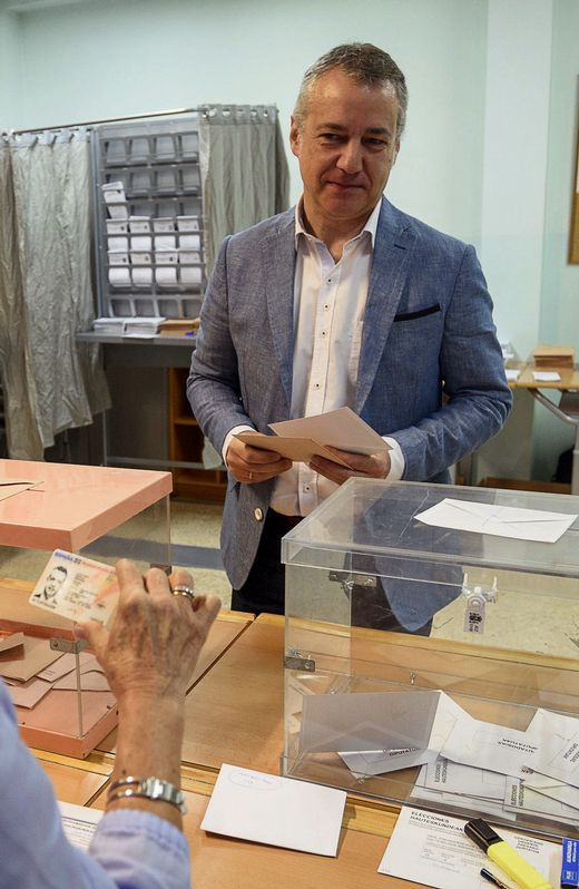 El lehendakari, Iñigo Urkullu, ejerce su derecho al voto en un colegio de Durango